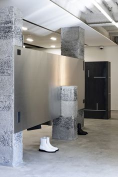 Creative Studio Unravel Marries Past And Future In Andersson Bell's New Seoul Store - IGNANT Fashion Retail Interior, Flat Interior, Stainless Steel Shelving, My Coffee Shop, Co Working, Shops, Retail Space, Shop Facade, Shop Interiors