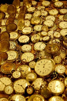 "At the Kapalıçarşı (""Covered Bazaar""), also known as the Grand Bazaar, built in the in Istanbul, Turkey. A field of gold watches Old Clocks, Antique Clocks, Tick Tock Clock, Retro, Pocket Watch Antique, Grand Bazaar, Oeuvre D'art, Alice In Wonderland, Steampunk"