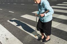 Eine ältere Dame überquert auf einen Gehstock gestützt eine Straße in San Telmo, Buenos Aires.  Wenn du Lust hast, Street Photography in Argentiniens Hauptstadt zu erleben, dann komme in einen meiner Workshops.   Seit Jahren streife ich mit der Kamera durch Buenos Aires. Ich kenne mich bestens aus und nehme dich mit auf eine fotografische Entdeckungsreise in den Alltag der Porteños, wie die Bewohner der Metropole am Río de la Plata genannt werden.