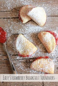 Easy Strawberry Breakfast Turnovers - delicious turnovers for breakfast Delicious Breakfast Recipes, Brunch Recipes, Dessert Recipes, Yummy Food, Cannoli, Scones, Strawberry Breakfast, Strawberry Recipes, Cooking Recipes