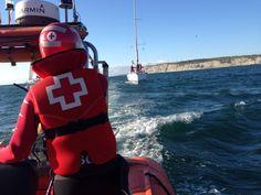 La base de Cruz Roja del Mar de Arriluze recibe aviso (de un particular) de un velero sin motor con 4 tripulantes para poder entrar al puerto. Lo remolcan hasta Getxo Kaia.