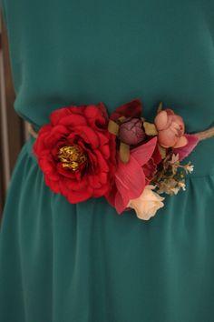 Cinturón de flores rojo … Más Cloth Flowers, Lace Flowers, Fabric Flowers, Shabby Chic Flowers, Pregnancy Looks, Collar Designs, Beauty Boutique, Wedding Hair Pieces, Fabric Jewelry