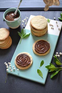 Biscuits fourrés à la pâte à tartiner