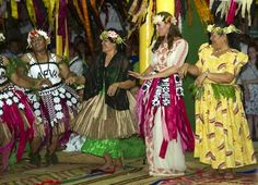 Kate Middleton in visita nel meraviglioso arcipelago di Tuvalunon si scatenata alle danze tribali indossando un abito dalle stampe floreali