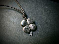 Ciondolo in argento che rappresenta un quadrifoglio, simbolo della fortuna per eccellenza