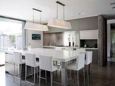 """Pas de doute possible, à voir la surface dédiée à la cuisine et la taille de l'îlot central : la pièce est l'un des poumons du foyer. """"Elle se trouve justement au milieu de la grande maison, et ... #maisonAPart"""