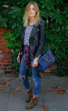 Jaqueta de couro, jeans rasgado, xadrez, ankle boot