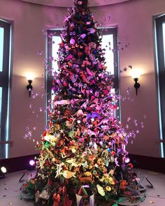 Merry Christmas Eve! Check out this amazing Origami Holiday Tree I saw at @amnh last weekend. Produced in partnership with OrigamiUSA the tree is decorated with more than 800 hand-folded paper models created by local national and international origami artists.