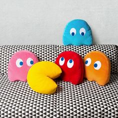 Consigue el toque arcade definitivo en la decoración de tu casa con estos chulísimos cojines de Pac-Man con licencia oficial. Pac Man, Nerd Room, Gamer Room, Diy Pillow Covers, Diy Pillows, Christmas Crafts For Gifts, Diy Crafts For Kids, Modular Home Designs, Art Hama