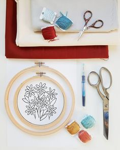 Kathleen Benson is a designer and hand embroidery artist living in Vancouver. It creates very delicate images, embroidering with a satin stitch. Warm colours, graceful images and very interesting details you want to look closer at. These little floral compositions will adorn any home, especially if you make them with your own hands!