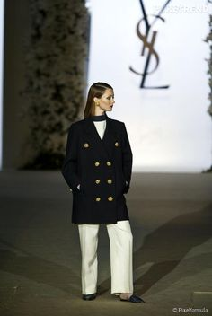 Yves Saint Laurent : Le caban de 1962 porte par Audrey Marnay au défilé rétrospective de janvier 2002