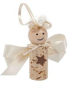 19Gerade gebastelte Kleinigkeiten machen doch den individuellen Zauber von Weihnachten aus, oder? Wir basteln heute Korkenengel – diese süßen Gesellen eignen sich super als Schmuck an einem Tannenzwei