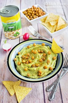 Humus cu avocado - o reteta de humus mai fresh in care adaugam pe langa naut avocado pentru a obtine o pasta fina si aromata. Edith's Kitchen, Guacamole, Hummus, Avocado, Favorite Recipes, Vegan, Ethnic Recipes, Food, Spreads
