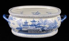 ANTIQUE CHINESE BLUE AND WHITE PAINTED PORCELAIN FOOT BATH.