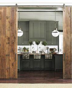 rustikale Schiebetür aus Holz für traditionelle Raumgestaltung