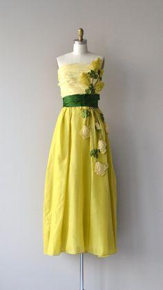 Seltene und begehrte Anfang der 1950er Jahre Philip Hulitar Kleid in den Farben gelb und Grün Seide Organza. Entbeint Korsett Mieder mit breite dunkle grüner Seide gewickelt Taille, große gelbe Seidenrosen trail, das Oberteil und den Rock und Metall Reißverschluss - eine totale Wucht!  ---M E A S O R E M E N T S---  passt wie: extra klein Büste: 32 Taille: 25 Hüfte: frei Länge: 52 aus Büste Marke/Hersteller: Philip Hulitar Zustand: einige schwach stockfleckig auf dem Mieder enger Foto…