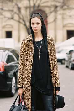 Ruby Aldridge shows off her cool street style in a leopard print coat and all black layers. Casual Trends, Vanessa Jackman, Leopard Print Coat, Fall Lookbook, Fashion Models, What To Wear, Street Wear, Street Style, Style Inspiration
