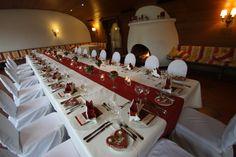 Festtafel im Kaminzimmer in bordeaux und creme; Edelweiss und rote Rosen; Hochzeit in Garmisch-Partenkirchen, Riessersee Hotel Resort, Bayern, Wedding in Bavaria