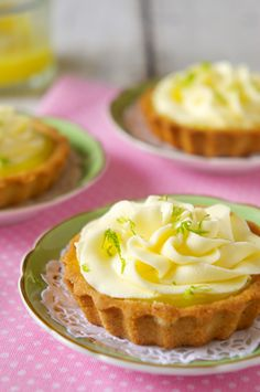 Tortinhas de Lemon Curd | Vídeos e Receitas de Sobremesas Raspberry Desserts, Köstliche Desserts, Delicious Desserts, Cheese Snacks, Bakers Gonna Bake, Cheesecake Bites, Dessert Decoration, Love Eat, Sweet Recipes