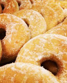Heute als Geschenk zum Mittagessen... #donuts #rundesache #aufdiehand #aufdenteller #fürumme