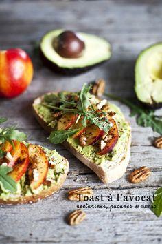 Toast à l'avocat, nectarine, pacane & sumac ©Emiliemurmure_1