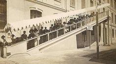 El primer prototipo de escalera mecánica fue inventado por Jesse Wilfred Reno, de Estados Unidos, en el año 1894. Lo patentó con el nombre de Escalator