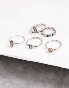 Conjunto de anéis prateados. Descubra esta e muitas outras roupas na Bershka com…