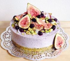 Raw Vegan Blueberry & Coconut Cream Cheesecake 1 cup pistachio nuts ½ cup macadamia nuts ½ cup pitted dates (around 1 tsp cinnamon ½ tsp nutmeg ½ tsp sea salt Filling 1 ½ cups cashews cup coconut oil . Raw Vegan Cake, Raw Vegan Cheesecake, Raw Vegan Desserts, Raw Cake, Vegan Treats, Raw Food Recipes, Dessert Recipes, Blueberry Cheesecake, Vegan Food
