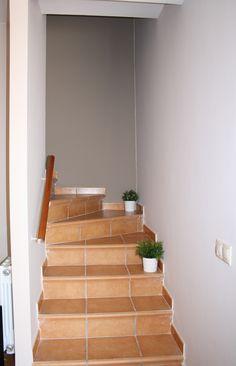 Escalera cer mica realizada con pelda os con torelo pegado for Ideas para forrar escaleras