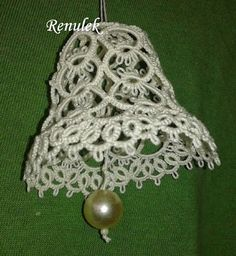 There's a picture pattern, too. (From: Frywolitki, Tatting, Chiacchierino) Needle Tatting, Tatting Lace, Crochet Christmas Ornaments, Christmas Bells, Lace Patterns, Crochet Patterns, Shuttle Tatting Patterns, Tatting Tutorial, Crochet Flower Tutorial