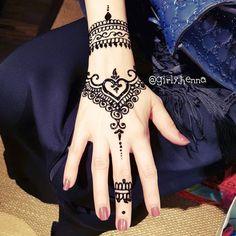Henna Tattoo Hand, Henna Tattoo Designs, Henna Mehndi, Hand Tattoos, Tatoos, Disney Henna, Piercing, Modern Mehndi Designs, Mahendi Design
