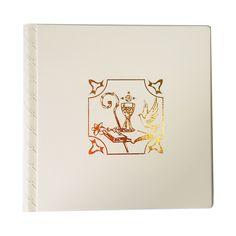 Album porta foto  Interno: blocco con velina. 30 fogli, 60 facciate  Copertina: in finta pelle bianca o avana, liscia e morbida al tatto, stampa a caldo, costa con motivo a basso rilievo.