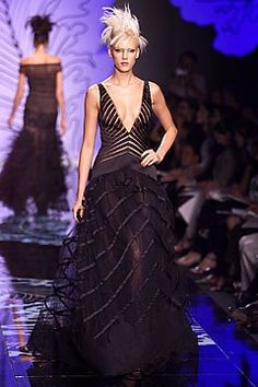 Valentino Fall 2001 Couture Fashion Show - Valentino Garavani, Diana Meszaros