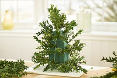 Learn how to make a DIY Christmas tree that's perfect for your table, desk or small area. Add some extra flair with our Christmas tree decoration ideas! Christmas Advent Wreath, Tabletop Christmas Tree, Christmas Flowers, Christmas Tree Decorations, Christmas Diy, Holiday Decor, Winter Decorations, Christmas Floral Arrangements, Flower Arrangements