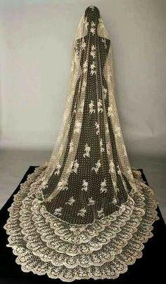 Wedding Vintage Veil Antique Lace 70 New Ideas Vintage Outfits, Vintage Gowns, Vintage Mode, Vintage Fashion, Classy Fashion, 1950s Fashion, Antique Clothing, Historical Clothing, Vintage Weddingdress