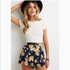 Stylish ways white top casual summer outfits shorts, summer holiday outfits Summer Shorts Outfits, Trendy Summer Outfits, Casual Summer, Summer Outfits For Vacation, Outfit Summer, Fashionable Outfits, Teen Beach Outfit, Cute Beach Outfits, Mode Outfits