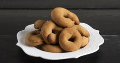 Greek grape must cookies – Moustokouloura by Greek chef Akis Petretzikis. Make easily and quickly this traditional recipe for delicious cookies full of aromas! Mediterranean Breakfast, Greek Cooking, Yummy Cookies, Dessert Recipes, Desserts, Greek Recipes, Bagel, Doughnut, Sweets
