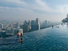 MARINA BAY SANDS:piscina infinita arriba de los tres rascacielos que forman el hotel,desde donde se ve todo SINGAPUR