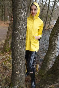 weatherproof dressed, but withouth gloves ? Mens Raincoat, Pvc Raincoat, Yellow Raincoat, Rain Fashion, Rainy Day Fashion, Hunter Wellies, Vinyl Clothing, Rain Gear, Latex Dress