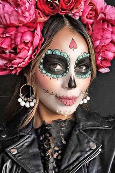 "Unicorns and Co .: These are the coolest Halloween costumes 2 Einhörner und Co.: Das sind die coolsten Halloween-Kostüme 2016 The figure ""La Catrina"" actually comes from Mexico – as a costume it is not only cool, but also quite fashionable. Costume Halloween, Halloween Makeup Looks, Happy Halloween, Halloween 2015, Pretty Halloween, Halloween Makeup Sugar Skull, Scary Halloween, Halloween Crafts, Holiday Crafts"