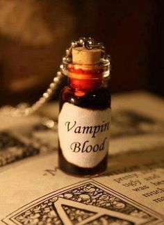 Glass Vial Necklace Vampire Blood Halloween by spacepearls … Cape Tutorial, Halloween Zombie, Easy Halloween, Halloween Wedding Favors, Vampire Love, Vampire Girls, Vampire Art, Vial Necklace, Vampires And Werewolves