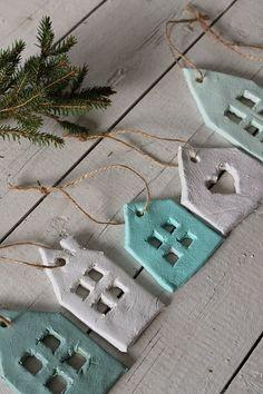 Die Adventszeit rückt näher und ein Großteil der SoLebIch Community ist mir toller Weihnachtsdeko bereits gewappnet für besinnlich schöne Stunden zu Hause. Weil vor allem die Kleinsten die größte Freude an der Weihnachtszeit haben, zeigen wir heute Bastelideen für Kinder: für hübsche Weihnachtsdeko, Christbaumschmuck und DIY Weihnachtsgeschenke. Für einen kreativen Advent!#1 - Windlichter mit KinderkunstKeine Vorweihnachtszeit ohne Kerzenschein! Aus Transparentpapier (Backpapier geht auch)…