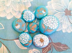 DIY piedras pintadas azules de flores en PiedraCreativa Tumblr, Stone Art, Painted Rocks, Bunt, Decorative Plates, Projects To Try, Diy, Crafts, Painting