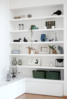 how to style bookcase, how to style open shelves, open shelf decor ideas in modern coasta living room or open shelves in modern home office with gold accents Home Living Room, Interior Design Living Room, Living Room Decor, Interior Livingroom, Muebles Living, Living Room Shelves, Cheap Home Decor, Home Decor Accessories, Home Decor Inspiration