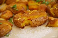 Πατάτες τσακιστές, όπως τσακίζουμε τις ελιές. Νοστιμότερες από τις τηγανητές, φτιάξτε τις στα τραπέζια σας και θα δείτε την πιατέλα να αδειάζει στο λεπτό. Vegetarian Recipes, Cooking Recipes, Greek Recipes, Yummy Recipes, Recipies, Appetisers, Diy Food, Potato Recipes, No Cook Meals