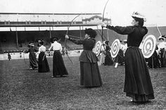 the-history-of-fighting: Female Archers at the 1908 London Olympics Archery first appeared in the modern Olympics in 1900 and then again in 1908 and though would not appear again until 1972 from which time the popularity of the sport has grown and grown. Old Pictures, Old Photos, Vintage Photos, Archery Competition, Woman Archer, Beijing Olympics, Old London, Vintage London, Summer Olympics