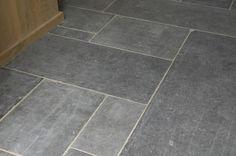 't Achterhuis in Udenhout, Noord-Brabant Belgisch hardsteen, ofwel Arduin is een zeer gewilde steen. Al honderden jaren wordt deze steen gebruikt voor de mooiste tegelvloeren. Kerken en kloosters worden al eeuwen met deze arduinen tegels van prachtige vloeren voorzien.  Antiek zien ze er buitengewoon mooi geleefd uit, maar ook nieuw is het een prachtige tegel. Strak en donker voor de modernere interieurs of verouderd voor een meer rustieke uitstraling.