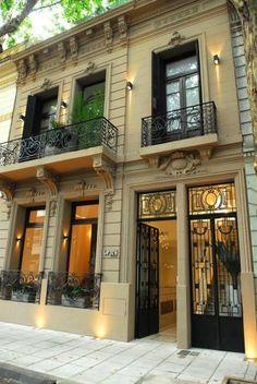 Fachada de Vain Hotel Boutique en Thames y Paraguay. Hotel Palermo, Art Nouveau Arquitectura, Neoclassical Architecture, Hotel Architecture, Beautiful Architecture, Exterior Lighting, Soho, Beautiful Places, Mansions