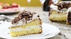Layered Yellow Cake with Buttercream frosting and Mint Chocolate Shavings Great Desserts, Dessert Recipes, Mini Cheesecake, Milk Cake, Chocolate Shavings, Pastry Shop, Mint Chocolate, Chocolate Cake, Buttercream Frosting