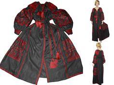 Вышитое льняное длинное платье Украинская вышиванка Платье халат Кафтан Абайя Этно стиль  Макси платье , Цвет Черный  Нет на складе. Изготавливается на заказ  Возможные размеры XS - XXXL Стандартная длина 120 сm/47 inch  При оформлении заказа Вы можете заказать любой стандартный размер. Также заказ может быть выполнен по Вашим меркам.  Цвет ткани - Черный Цвет вышивки - Красный  Эта модель может быть выполнена в любом цвете ткани и вышивки.   Платье из натуральной 100% льняной ткани…